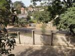 Nairobissa muurit ja piikkilangat kuuluvat katukuvaan.